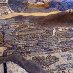 Ma l'attrazione principale sono sicuramente i mosaici, che hanno fruttato anche un simbolico gemellaggio tra Ravenna e Madaba. Oltre ai manufatti antichi possiamo osservare infatti l'abilità degli studenti che lavorano presso la Scuola Giordana di Mosaico.  L'opera più significativa si trova nella Chiesa di San Giorgio ed è un mosaico che riproduce con straordinaria precisione una cartina della Terra Santa risalente al VI secolo, ovvero all'anno 560 d.C.
